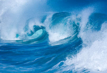 poderosas olas dramáticas se abaten sobre la arena en la playa peligrosa en Lumaha'i, Kauai, Hawaii