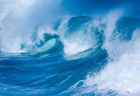 signe de la main: puissantes vagues dramatiques se brisent sur le sable sur la plage dangereuse au Lumaha'i, Kauai, Hawaï