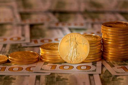 aguila real: Pila de monedas de oro del águila en el nuevo diseño de la moneda de EE.UU.
