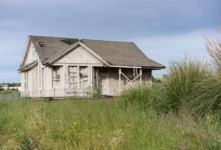 Einzelbungalow oder Einfamilienhaus, verlassen und überwachsen, renovierungsbedürftig oder liebevolle Pflege Standard-Bild