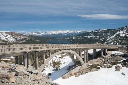 雪でトラッキー湖上にドナー橋は 4 月にドナーのパスからシエラネバダ山脈をカバー