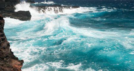 하와이 마우이 섬의 북쪽 동쪽 해안선에서 견고하고 아름다운 감람석 웅덩이가 Kahekili 고속도로에서