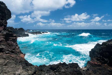 Robuuste en mooie Olivine zwembaden op kustlijn rond het noordoosten van Hawaiiaans eiland Maui op de snelweg Kahekili Stockfoto