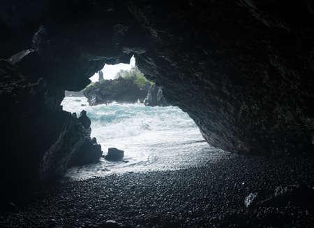 海の洞窟の入り口ワイアナパナパ州立公園で、ハワイのマウイ島で花への道を