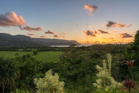 ハワイ州カウアイ島ハナレイ近く日没ハナレイ湾やナパリ範囲の表示します。