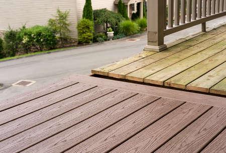 Reparación y reemplazo de una vieja terraza o patio de madera con material plástico compuesto moderno