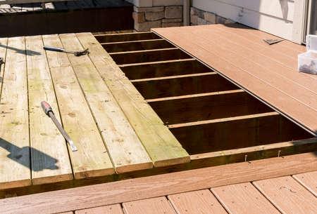 Reparação e substituição de um antigo deck ou pátio de madeira com material plástico composto moderno