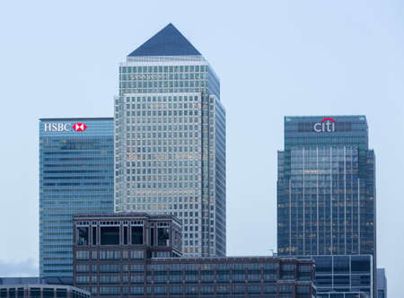 LONDON, UK - JANUARY 30, 2016: Skyline of the main office buildings from across the river at Canary Wharf, Docklands, London, England 版權商用圖片 - 90561567