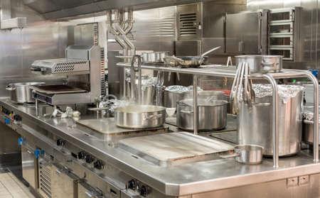 Il cibo viene cucinato nella cucina commerciale in acciaio inossidabile nel ristorante Archivio Fotografico - 98802744