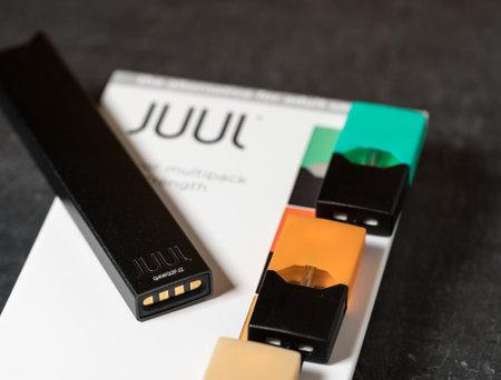 MORGANTOWN, WV - 24 AUGUST 2018: Juul e-cigarette or nicotine vapor dispenser box on slate 写真素材 - 117822218