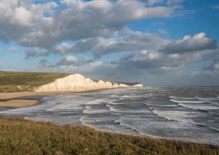 Fortes vagues près des falaises de craie des Seven Sisters à Cuckmere Haven Banque d'images