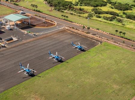LIHUE, KAUAI - JANUARY 19, 2018: Blue Hawaiian Eco Star helicopters on the ground at Lihue 版權商用圖片 - 117885161
