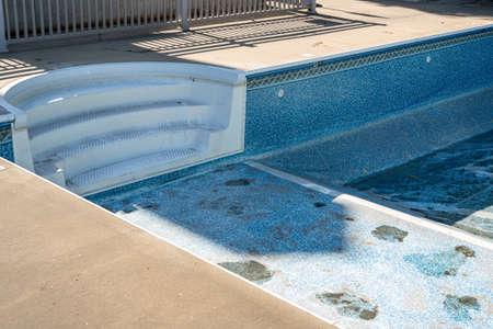 Vuoto in piscina interrata pronto per la sostituzione del vecchio rivestimento in vinile o liner