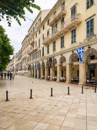 CORFÚ, Grecia - 20 de mayo de 2019: Los turistas pasean por la plaza Liston por la plaza Spianada en Kerkyra Editorial