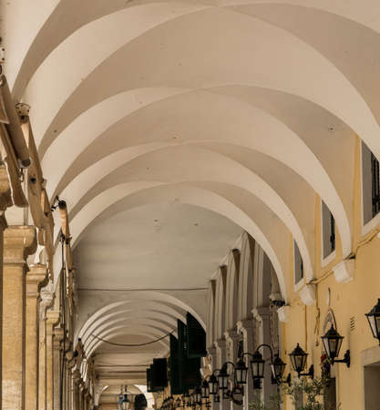 Arcos debajo de la plaza Liston junto a la plaza Spianada en Kerkyra Foto de archivo