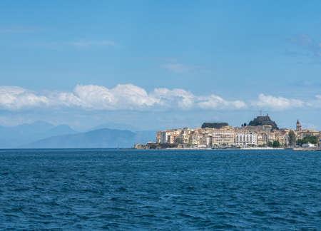 Blick über das Wasser im Hafen von Kerkyra auf Korfu