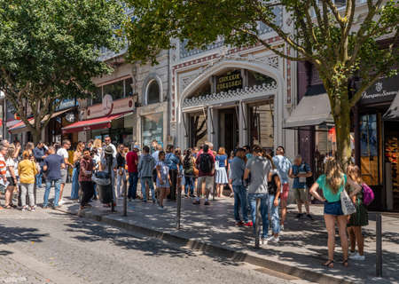 Porto, Portugal - 12 August 2019: Tourists and fans queue to enter the famous Lello bookshop in Oporto 新聞圖片