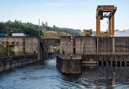 Filled lock as cruise boat leaves the Crestuma Lever dam on River Douro in Portugal 免版税图像
