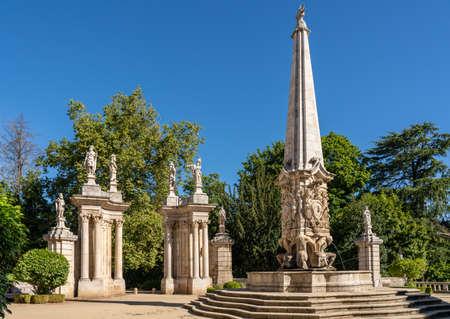 Statues adorn the baroque staircase to the Santuario de Nossa Senhora dos Remedios church 版權商用圖片