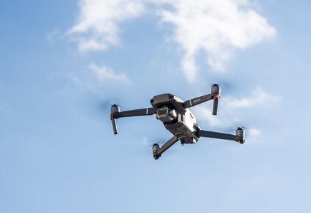 Morgantown, WV - 1 de enero de 2020: DJI Mavic 2 Pro quadcopter o drone flotando en el cielo azul brillante