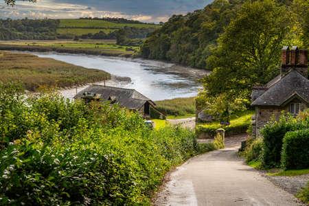 Il fiume Tamar nel Devon scorre oltre il vecchio porto e la banchina di Cotehele
