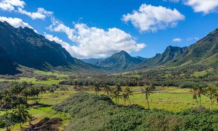 Panorama del valle de Kualoa o Ka'a'awa cerca de Kaneohe en Oahu utilizado en películas jurásicas