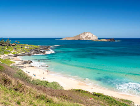 View across the East coastline of Oahu over Makapu'u beach with Rabbit and Kaohikaipu islands Standard-Bild - 140372328
