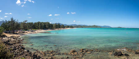 Panorama of the wide sandy Kailua Beach with mountains in background on east coast of Oahu in Hawaii Standard-Bild - 140372288