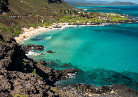View down the East coastline of Oahu over Makapu'u beach towards Makai Pier Standard-Bild - 140372586