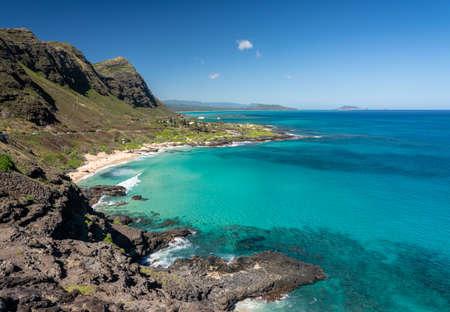 View down the East coastline of Oahu over Makapu'u beach towards Makai Pier Standard-Bild - 140372270