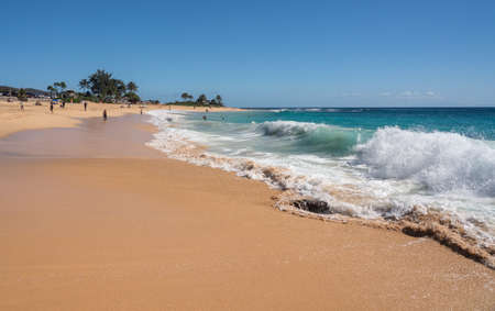 Holidaymakers on the sand of Sandy Beach on the east coast of Oahu in Hawaii in winter Standard-Bild - 140372478