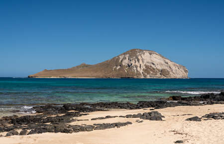 Rabbit island in the sea off Makapu'u beach in winter on the east coast of Oahu Standard-Bild - 140372486