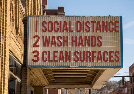 Filmkino-Werbetafel mit drei Grundregeln zur Vermeidung der Coronavirus- oder Covid-19-Epidemie, Hände waschen, soziale Distanz wahren und Oberflächen reinigen