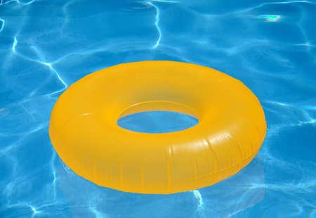schwimmring: aufblasbare gelbe Kreis in den Pool Lizenzfreie Bilder