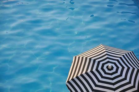 Sonnenschirm am Wasser Standard-Bild - 10022493