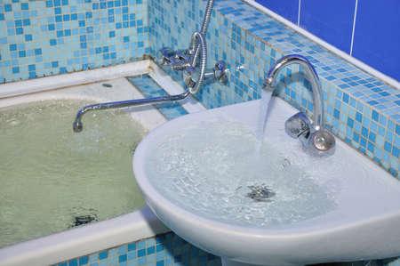 lavabo salle de bain: d'inondation dans la salle de bain, de l'eau sur le bord