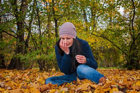 Weinende Mädchen auf die gefallenen Blätter Standard-Bild - 21938342