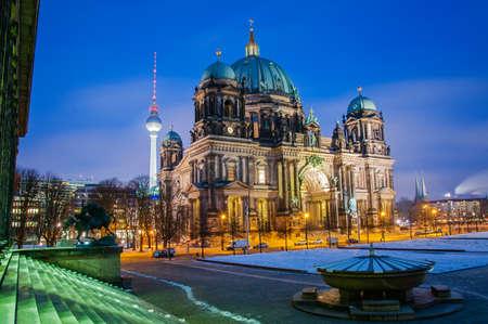 dom: Berlin Dom par nuit