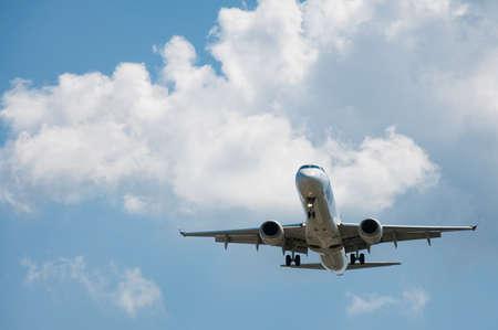 Passagierflugzeug auf einem Hintergrund des Himmels Standard-Bild - 22653744