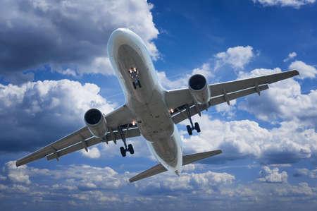 Passagierflugzeug auf dem Hintergrund des Himmels Standard-Bild - 22659611
