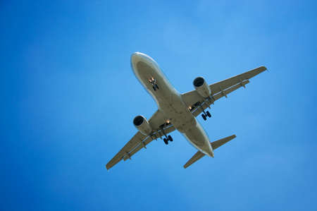 Flugzeug auf dem Hintergrund der Himmel mit Wolken Standard-Bild - 22707891