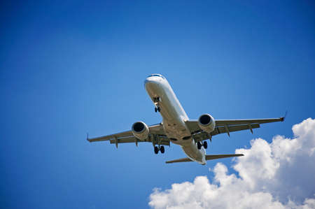 Flugzeug auf dem Hintergrund der Himmel mit Wolken Standard-Bild - 22707892