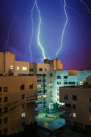 Blitz in den Himmel über dem Wohnhaus Standard-Bild - 22707871