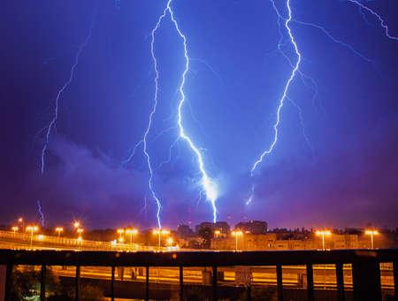 Lightning in den Himmel über der Stadt Standard-Bild - 22707872
