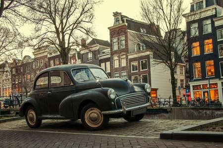 Altes Auto auf der Straße in Amsterdam Standard-Bild - 22707802