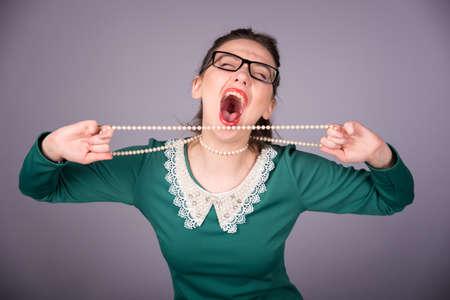 femme bouche ouverte: Femme élégante dans une robe verte
