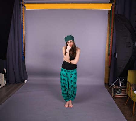humilde: Shy ni�a sobre un fondo gris en el estudio