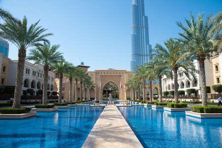 DUBAI, UAE - 3. März 2014: Blick auf das Schloss Downtown Dubai. Es basiert auf der Altstadtinsel in Burj Khalifa Komplex. 3. März 2014 in Dubai, Vereinigte Arabische Emirate. Standard-Bild - 27028124