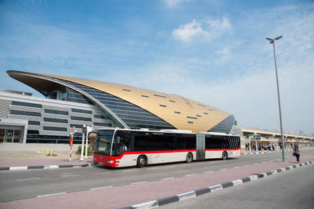 DUBAI, Vereinigte Arabische Emirate - 4. März 2014: Dubai Metro als weltweit längste vollautomatische U-Bahn-Netz (75 km). 4. März 2014 in Dubai, Vereinigte Arabische Emirate. Standard-Bild - 27028191