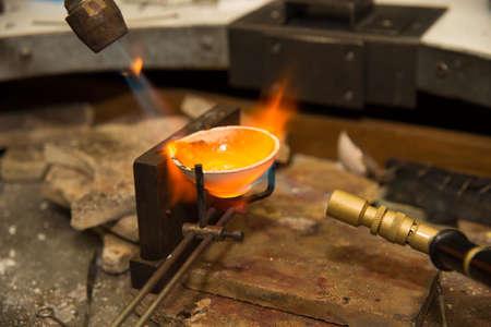 crisol: Joyero oro de fusi�n en crisol con quemador de gasolina